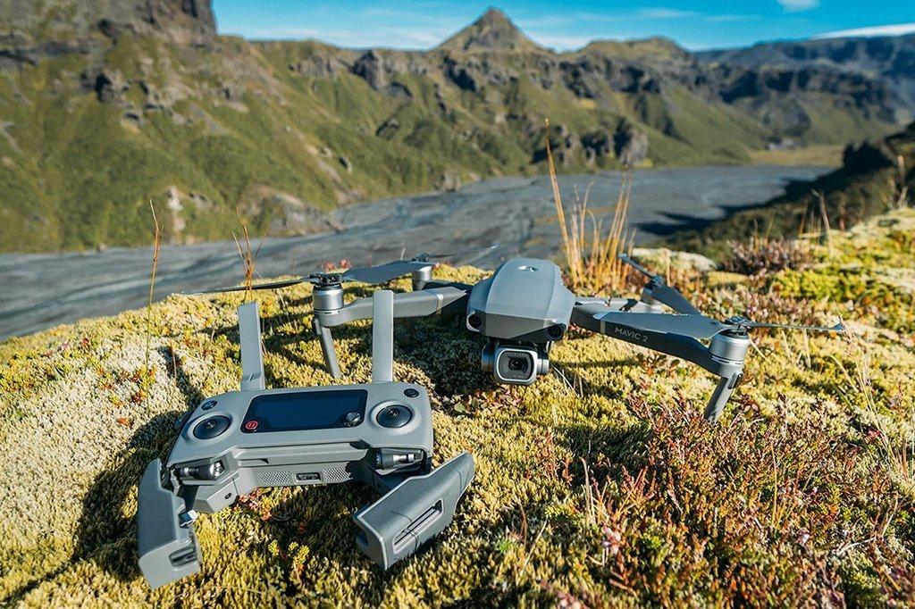 drone con accessori su roccia