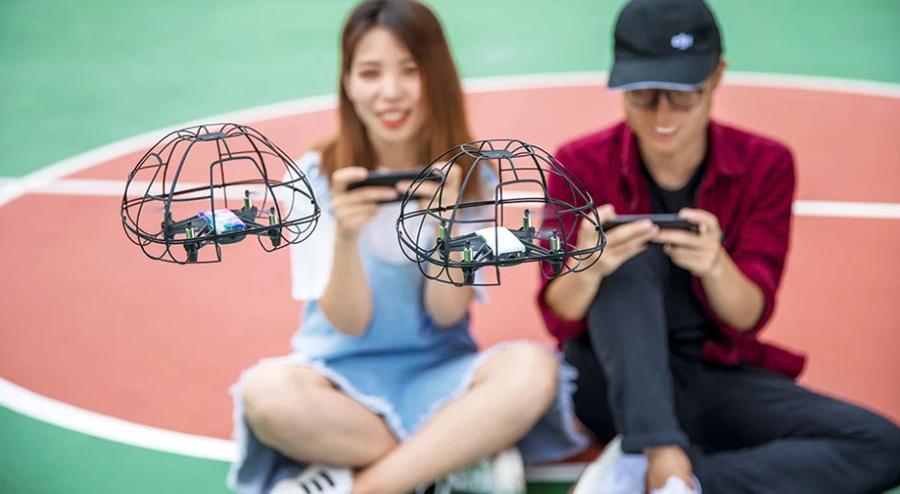 ragazzi che giocano con drone